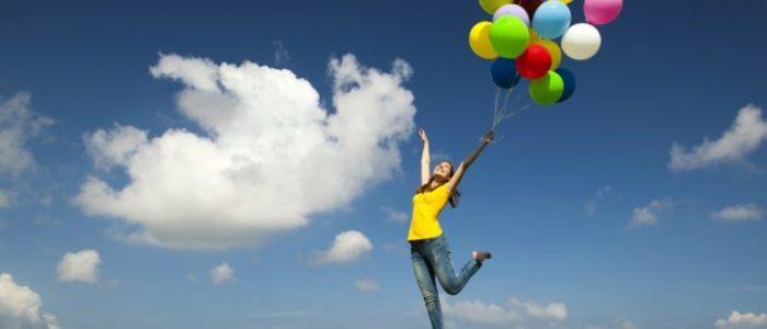 mand med balloner flyvende på sucess